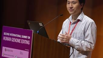 Bei seinem Auftritt an einem Genomforschungs-Kongress in Hongkong verteidigte He Jiankui seine Experimente, die zur Geburt der ersten genmanipulierten Babys führte.