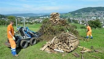 Gemeindemitarbeiter von Frenkendorf bauen das Höhenfeuer auf – offiziell aus Sicherheitsgründen.