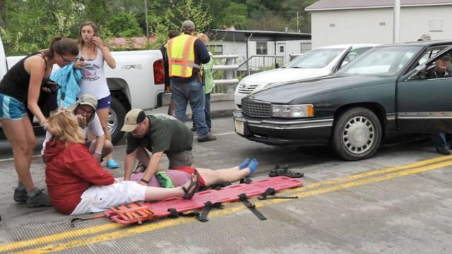 Hilfskräfte betreuen Verletzte in Virginia