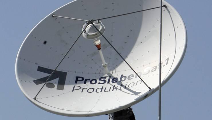 Satellitenschüssel auf einem Gebäude des TV Senders Pro SiebenSat 1. in München. (Archivbild9