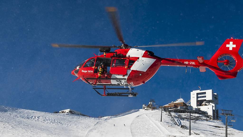 Die Rega flog am Wochenende besonders viele Einsätze in Wintersportgebiete. (Archivbild)