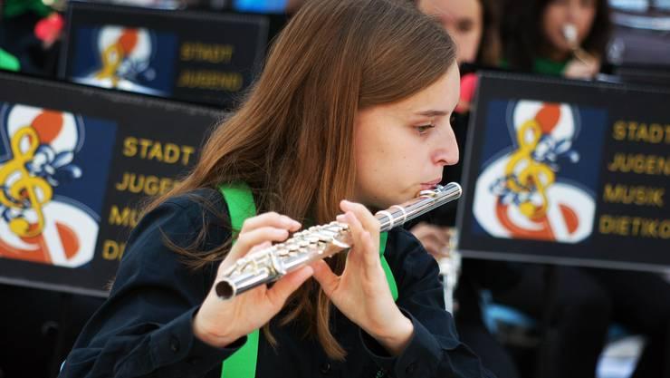 Andrina spielt Querflöte.