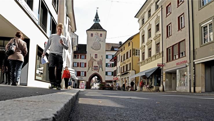 Beim Rückwärtsfahren in der Rathausstrasse in Liestal (Bild) erfasste ein Lastwagen einen 96-jährigen Fussgänger. Dieser wurde dabei schwer verletzt.