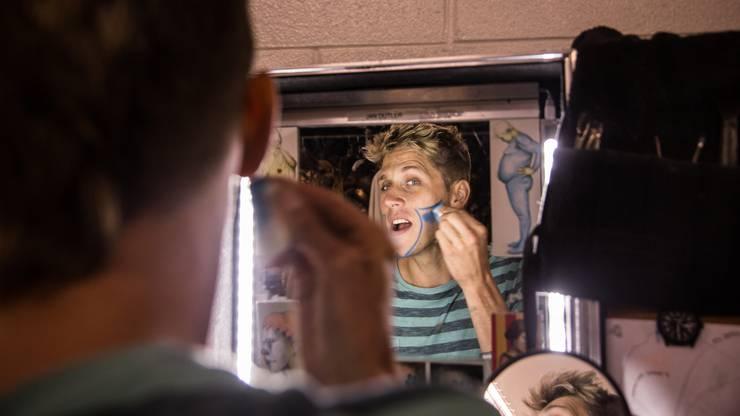 Jan Dutler schminkt sich für die Show.