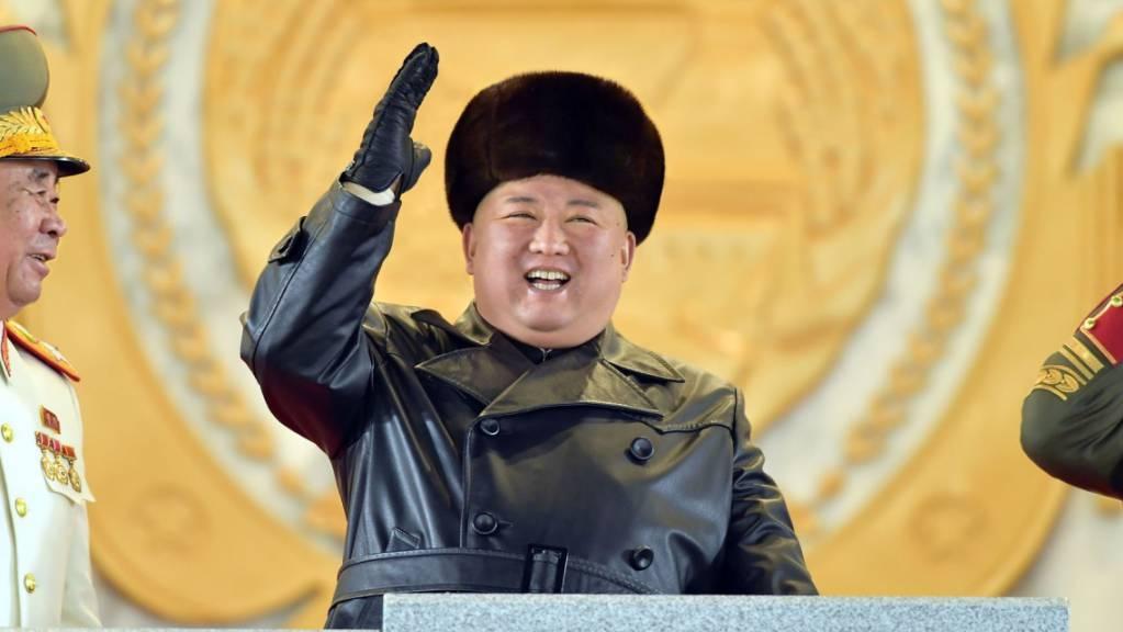 Dieses von der staatlichen nordkoreanischen Nachrichtenagentur KCNA am 15.01.2021 zur Verfügung gestellte Foto zeigt Kim Jong Un, Machthaber von Nordkorea, während einer Militärparade.