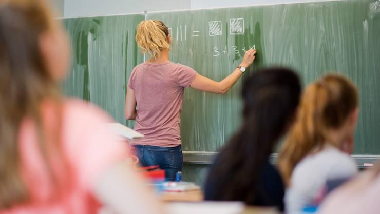 Lehrer sind Mangelware im Aargau, auch weil die Löhne niedriger sind als in anderen Kantonen. (Symbolbild)