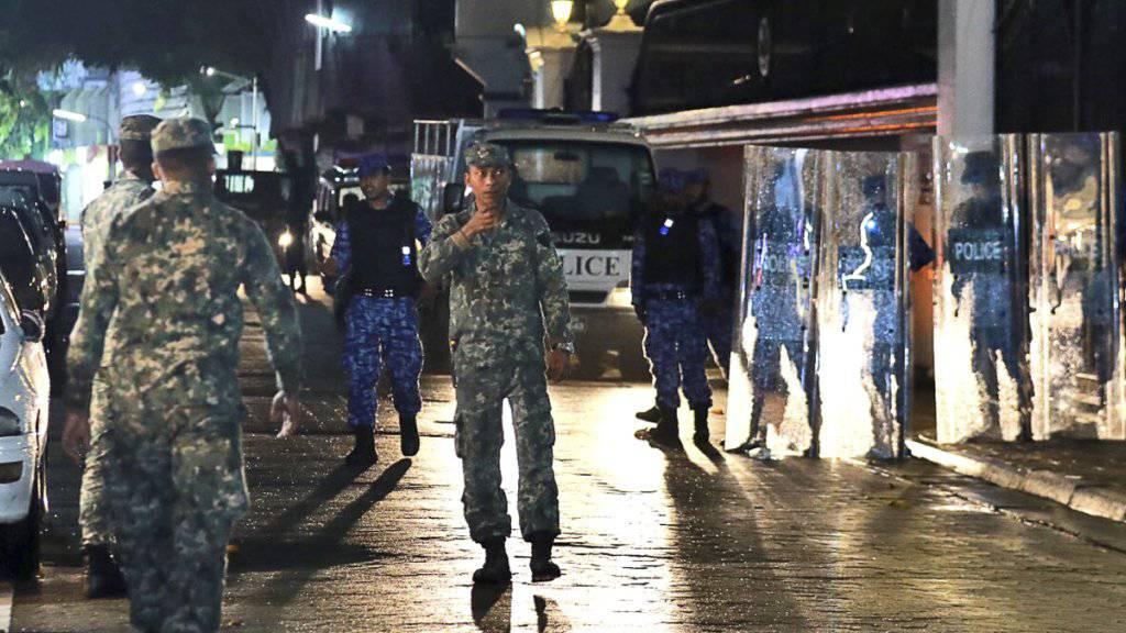 Auf den Malediven ist kein Ende der politischen Krise in Sicht: Die Regierung hält am Ausnahmezustand fest, Medienschaffende fürchten um ihre Sicherheit.
