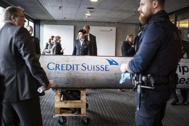 Greenpeace versuchte, dieses massive Rohr ins Hallenstadion zu schaffen.