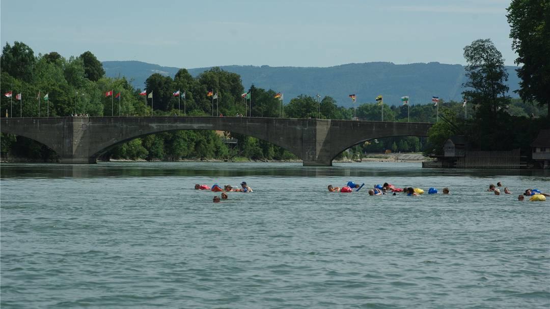Nach drei Jahren fand nun in Rheinfelden wieder ein Rheinschwimmen statt. Diesmal sogar Grenzübergreifend. Damit wollen die zwei Länder zeigen, dass sie sowohl bevölkerungsmässig wie auch politisch eng verbunden sind.