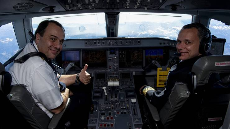 Blick ins moderne Cockpit der Embraer E2-190 Helvetic Airways