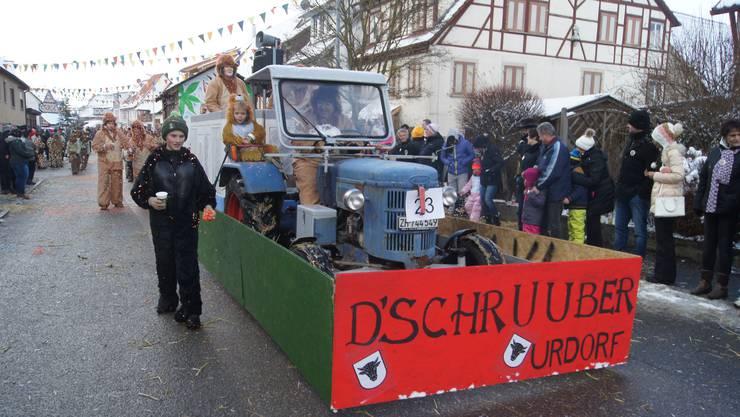 """Nicht nur in Urdorf startete am vergangenen Wochenende die fünfte Jahreszeit. Auch im schwäbischen DettingenRottenburg am Neckar ging am vergangenen SamstagSonntag so richtiggehend die Post ab. Bei schaurig kaltem Wetter wälzte sich am Sonntagnachmittag eine bunte Fastnachtsschlange mit 42 Gruppen durchs Dorf. Unter grossem Applaus fuhr auch der Wagen """"D Schruuber"""" aus Urdorf mit – übrigens die einzigen Schweizer an diesem traditionellen Fasnetumzug"""