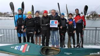 Flankiert von Vereinsmitgliedern überreicht Peter Probst als Präsident der Solothurner Kajakfahrer Kristin Amstutz das Logo des Leistungszentrums.