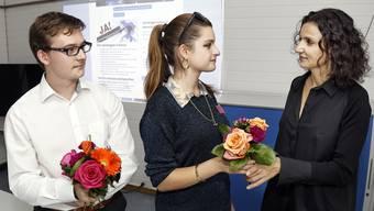 Am Abstimmungssonntag gab es von SP-Präsidentin Gabriela Suter nach der Abstimmungsniederlage zum Trost Blumen für die Juso-Co-Präsidenten Sandro Covo und Mia Jenni.