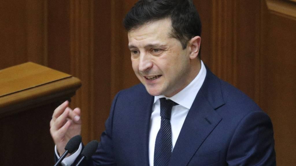 Der ukrainische Präsident Wolodymyr Selenskyj dankt dem IWF für die Unterstützung mit einem Kredit in Höhe von 5 Milliarden Dollar. Der IWF habe sich als zuverlässiger Partner für einen Freund in Not erwiesen. (Archivbild)