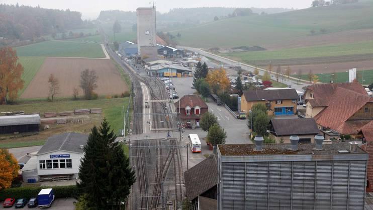 Auf der Wiese links von den Bahngleisen kommt der Bau zu stehen. Das Areal gehört zur Wyss Zäune AG.