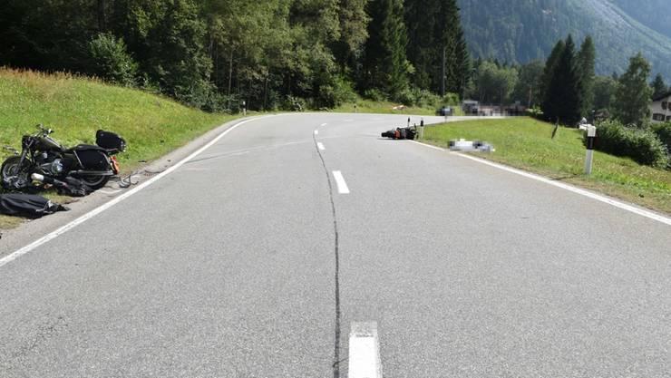 Bei einem Zusammenstoss verletzten sich zwei Motorradfahrer im Bergell so schwer, dass sie noch auf der Unfallstelle starben.