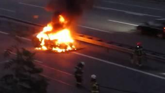 Auf der A1 bei Rothrist (AG) stand am Donnerstagabend ein Auto in Flammen. Die Feuerwehr löschte mitten im Feierabendverkehr.