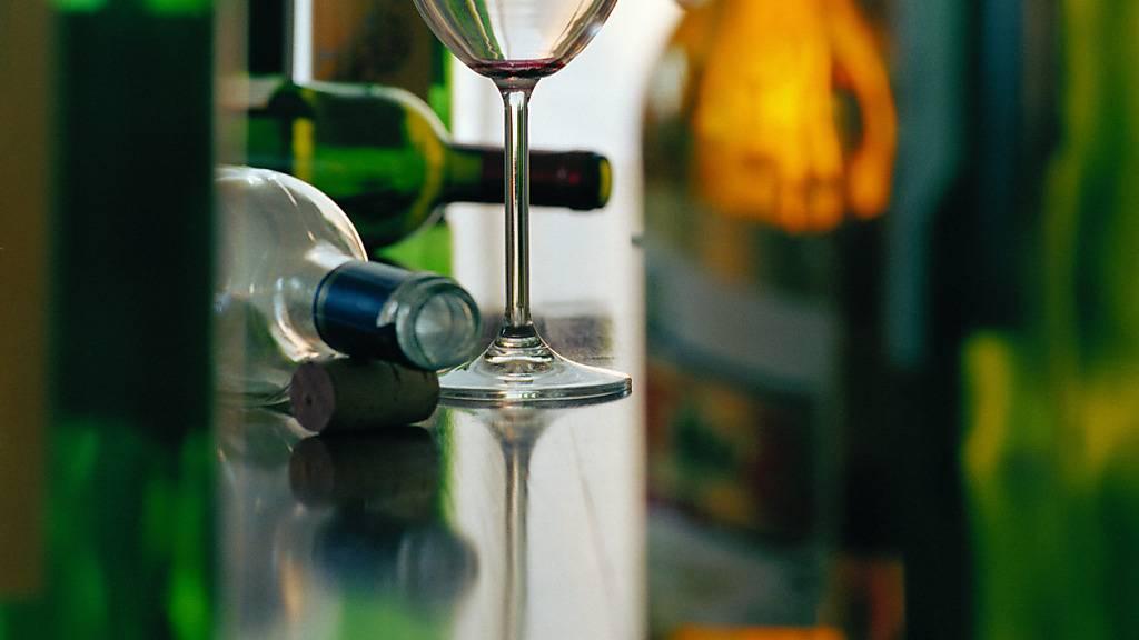 Weltweit erkrankten im Jahr 2020 schätzungsweise mehr als 700'000 Menschen aufgrund ihres Alkoholkonsums an Krebs, wie eine Studie zeigte. (Symbolbild)