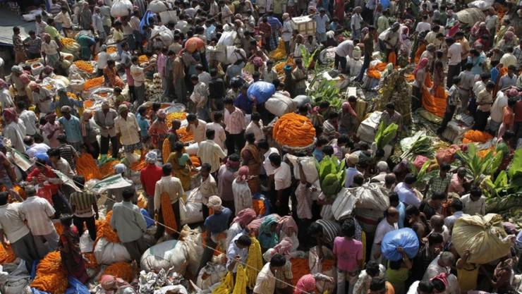 Menschen auf einem Markt in Kalkutta (Indien) - um das Jahr 2027 wird Indien einer Schätzung der Uno zufolge China als bevölkerungsreichstes Land überholen.(Symbolbild)
