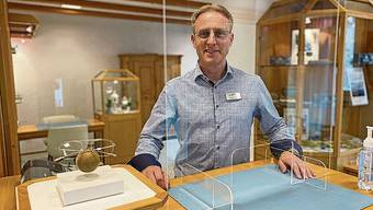 Optiker Stephan Spirgi bedient die Kundschaft in seinem Geschäft in Reinach jetzt hinter einer Plexiglasscheibe.