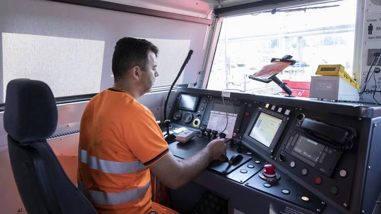 Die Führerkabine ist mit einer Klimaanlage und neuesten Technologien ausgerüstet.