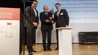 Preisübergabe (v. l.): Der Waadtländer Staatsrat und Jurymitglied Pascal Broulis, alt Bundesrat Arnold Koller sowie Benedikt Würth, St. Galler Regierungsrat und Präsident der ch-Stiftung.