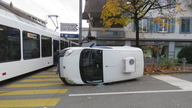 Oberentfelden AG, 11. November: Nach Kollision mit Zug kippt das Auto zur Seite.