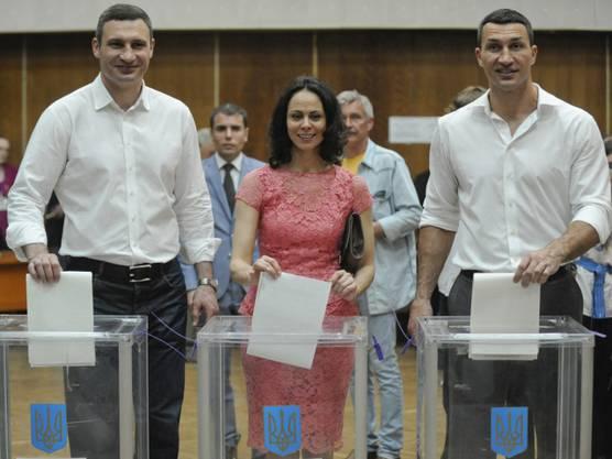 Vitali Klitschko (l), seine Frau Natalia und sein Bruder Wladimir