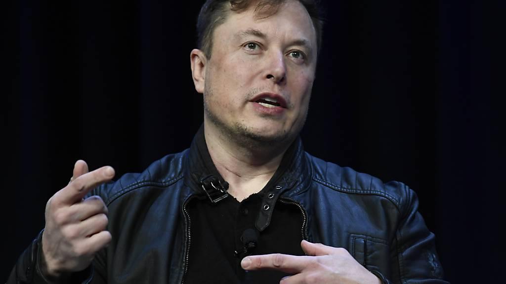 Tesla-Chef Elon Musk will mit seiner Firma Tesla künftig humanoide Roboter entwickeln. Diese sollen für Menschen anstrengende Arbeiten übernehmen können. (Archivbild)