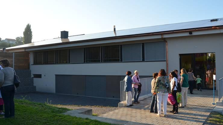 Das Süddach des erweiterten und sanierten Schulhauses in Geltwil produziert bereits Strom. Es dürften in kurzer Zeit weitere Anlagen dazukommen. fotos: ES