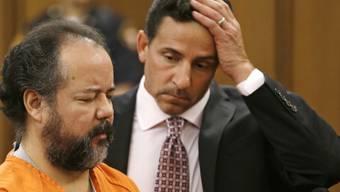 Der Angeklagte Ariel Castro (l) mit seinem Verteidiger (Archiv)