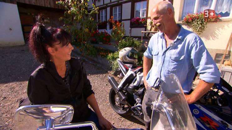 Jolanda und Dänu machen einen Ausflug mit ihren Töffen. Dieses Mal weiss aber Jolanda wo hin es geht.