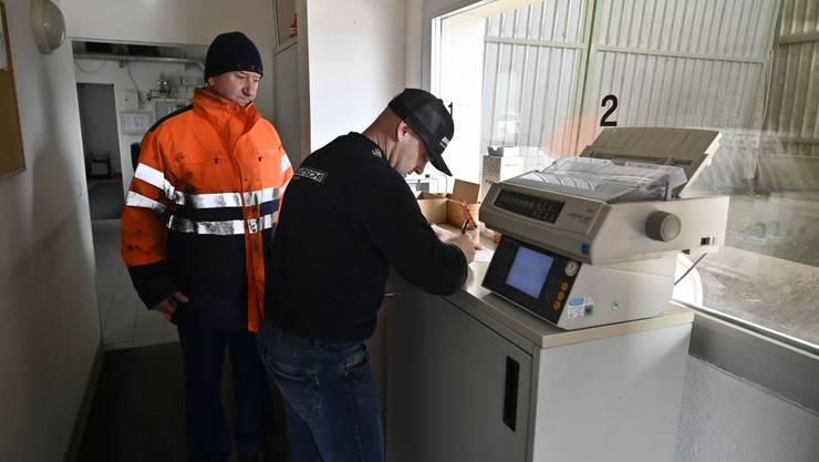 Jan Bratschi von der Bratschi Muldenservice AG in Safnern (rechts) liefert bei Ferenc Büdi von der Kebag Verladestation Grenchen eine Ladung Abfall an.
