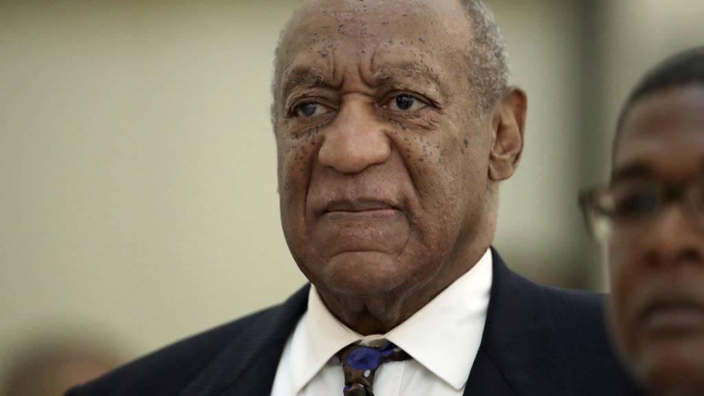 Der 81-jährige US-Entertainer Bill Cosby steht wegen drei Vorfällen von sexueller Nötigung aus dem Jahr 2004 vor Gericht. Für jeden dieser Fälle ist eine Höchststrafe von zehn Jahren möglich.