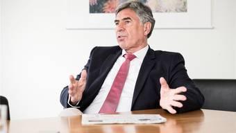 Erziehungsdirektor Christoph Eymann nimmt seinen Angestellten aus der Schusslinie: Thomas Kastls Doppelrolle sei vom Grossen Rat gefordert worden.