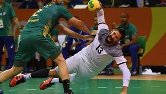 Frankreichs Nikola Karabatic setzt gegen Brasiliens Henrique Teixeira zu einem Torwurf an