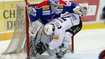 Fribourgs Killian Mottet kollidiert mit dem Klotener Goalie Luca Boltshauser