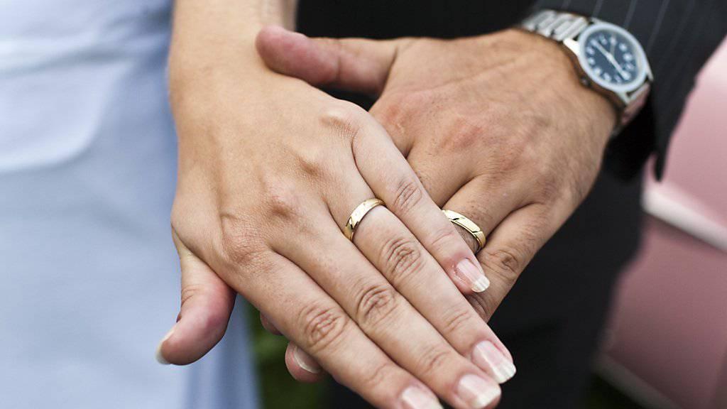 Die CVP will, dass Verheiratete steuerlich nicht schlechter gestellt sind als Ledige. (Archiv)