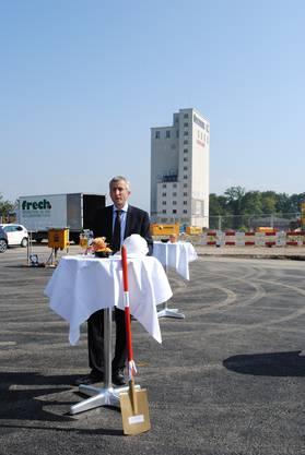 Thomas Kraft von Bauherrin PSP Swiss Property stellt das Projekt am Spatenstich vor