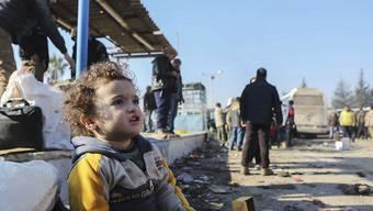 Aus Ost-Aleppo Evakuierte kommen in einem Flüchtlingslager in der Nähe von Idlib an - in der von Rebellen gehaltenen Region im Nordwesten Syriens.