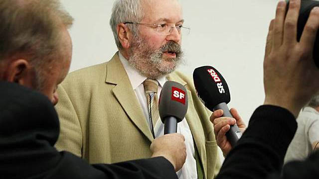 Dominique Baettig, Kandidat der SVP, gibt den Medien Auskunft