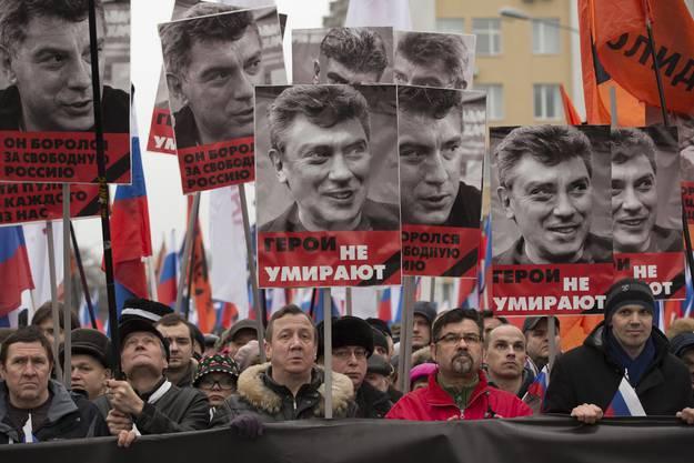 Tausende Oppositonelle am Trauermarsch für Bors Nemzow in Moskau.