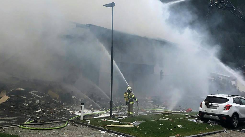 Bei einer Explosion in einem Supermarkt in Tirol sind neun Menschen verletzt worden. Durch die Explosion wurde ein Brand ausgelöst.