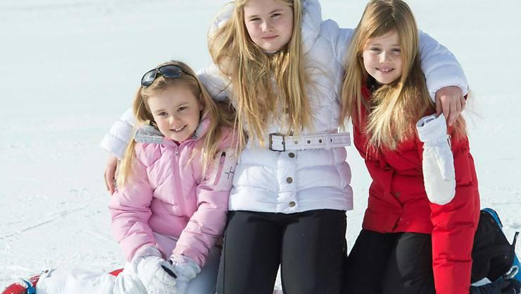 Die niederländische Prinzessin Amalia - hier im Februar 2015 mit ihren beiden jüngeren Schwestern - besucht seit August ein Gymnasium in Den Haag. (Archivbild)