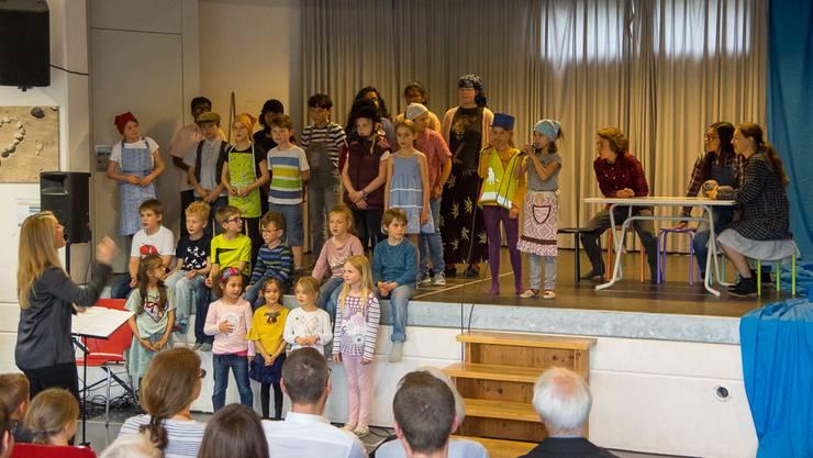 """Der Kinder- und Jugendchor Olten/Starrkirch-Wil beim Auftritt mit dem Musical """"D'Chinderbrugg"""" am Lagerwochenende in Vordemwald."""