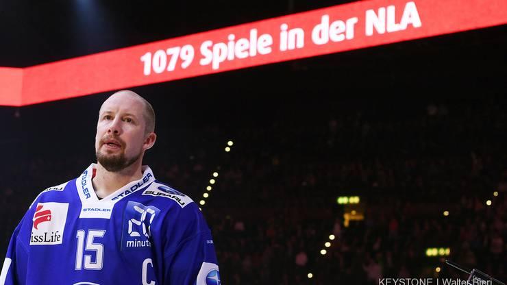 Mathias Seger bei seiner Ehrung für 1079 Spiele in der NLA