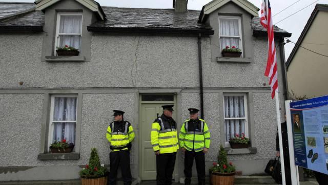 Polizisten in Irland bewachen ein Haus (Symbolbild)