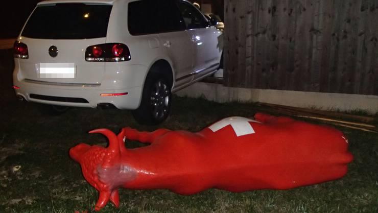Ein 28-jähriger Autofahrer kollidierte am Samstagabend in Kaiseraugst mit zwei Randleitpfosten. Der alkoholisierte Mann setzte danach seine Fahrt trotzdem fort, geriet schliesslich von der Strasse, rammte eine rote Plastikkuh und prallte in eine Holzfassade eines Gebäudes.