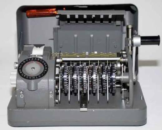 Unter anderem mit dieser modifizierten Schweizer Cryptomaschine hörte der CIA 100 Staaten ab.