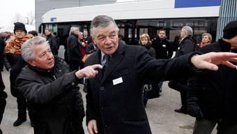 Gemeindepräsident Anton Probst zeigt einem Besucher der SBB-Haltestelle-Einweihung den Weg.